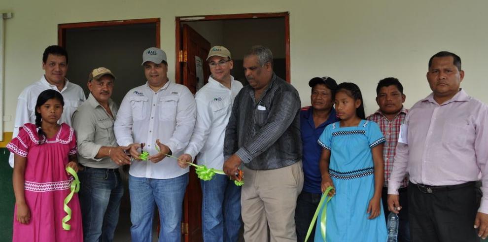 AES entrega infraestructura a indígenas