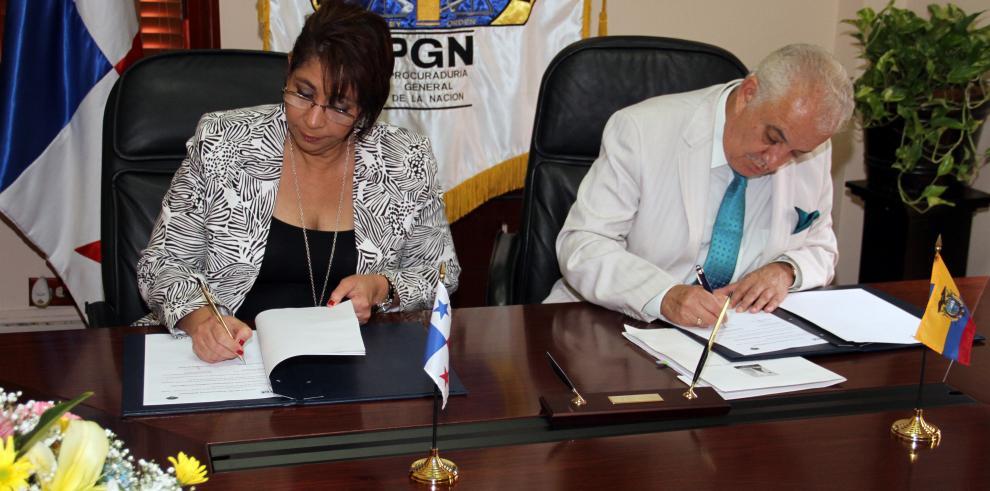 Belfon firma convenio con fiscal General de Ecuador