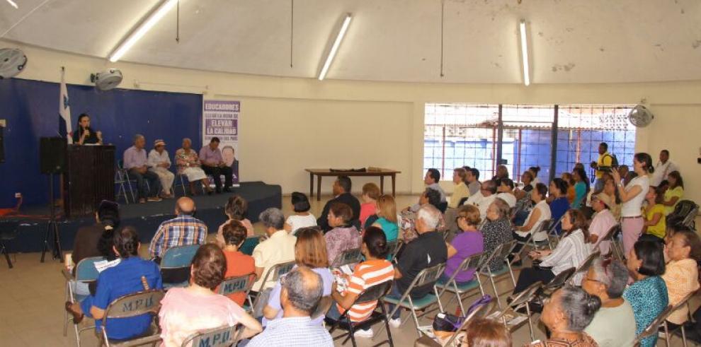 Isabel Saint Malo conversa sobre educación con docentes
