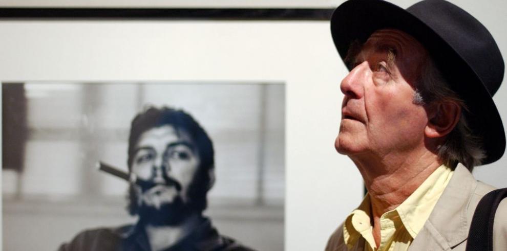Muere René Burri, el fotógrafo que inmortalizó al Che fumando un habano