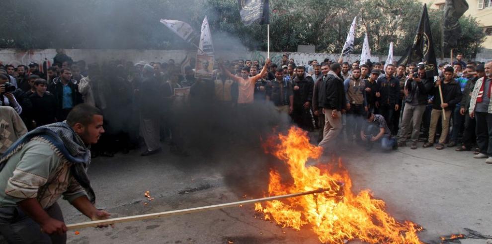 Palestinos chocan con policía cerca de Jerusalén tras oración del viernes
