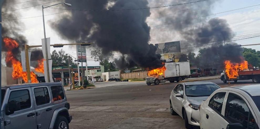 Vista de vehículos incendiados durante una enfrentamiento de grupos armados con las fuerzas federales este jueves, en las calles de la ciudad de Culiacán, en el estado de Sinaloa (México).