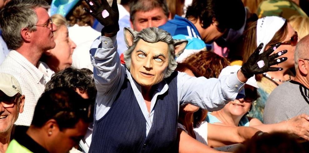 """Miles de personas participan en la marcha """"Sí se puede"""" convocada por el presidente argentino Mauricio Macri."""