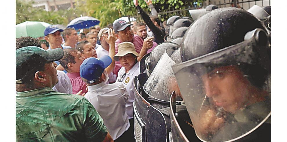 Universitarios_se_toman_la_Asamblea_en_rechazo_de_reformas_constitucionales-0