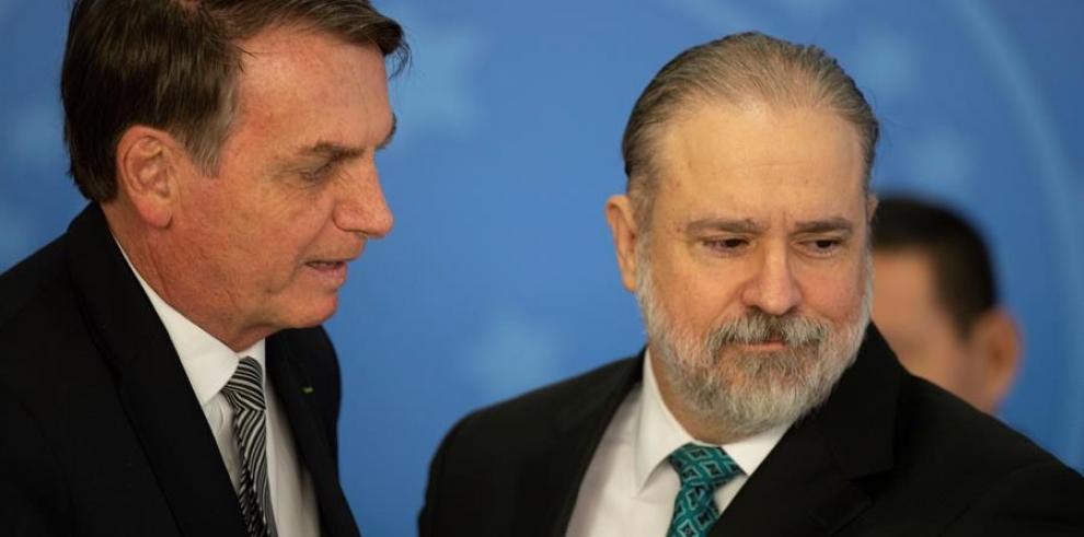 El presidente de Brasil, Jair Bolsonaro (i)