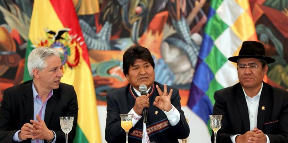 El presidente de Bolivia, Evo Morales (c), acompañado por el vicepresidente boliviano, Álvaro García Linera (i) y el canciller de Bolivia, Diego Pary (d)