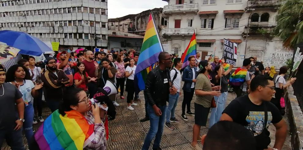 Grupos LGTB protestan en las afueras de la Asamblea Nacional