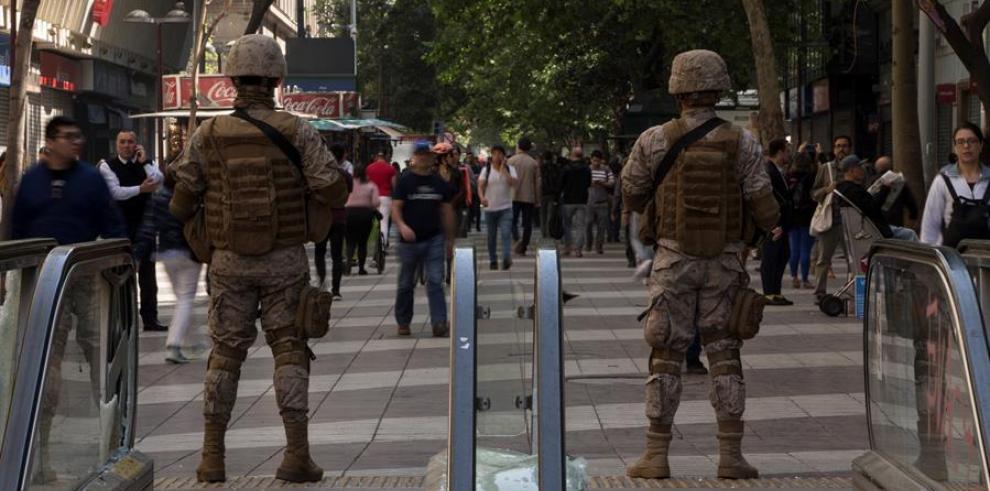 Militares custodian la entrada de una estación de metro este lunes en Santiago (Chile).