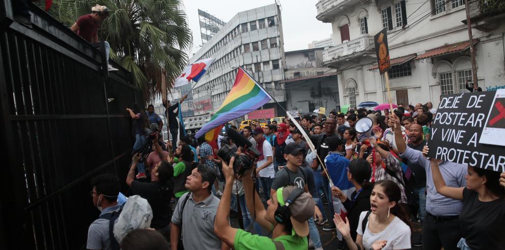Un grupo de ciudadanos protestaba frente a la Asamblea Nacional a favor del matrimonio entre personas del mismo sexo.