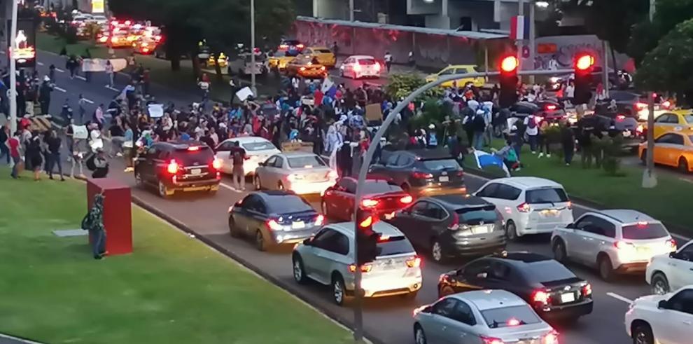 Los manifestantes en la Cinta Costera.