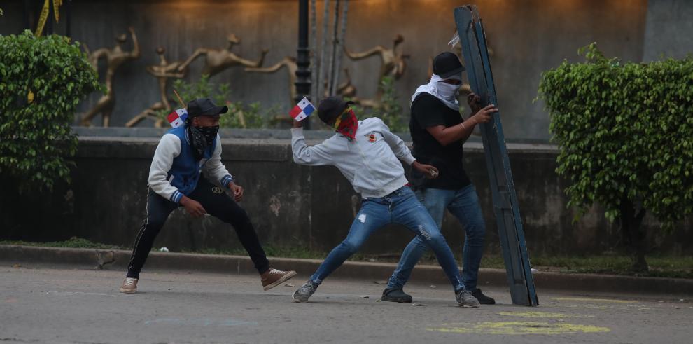 Estudiantes protestan en las afueras de la Asamblea Nacional.