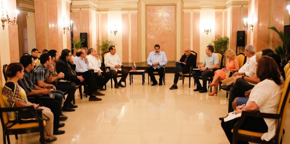 Fotografía cedida por prensa de Miraflores que muestra al presidente de Venezuela, Nicolás Maduro (c), se reúne con escritores, artistas, periodistas e intelectuales afines al oficialismo cubano, este lunes en el Hotel Nacional de Cuba.
