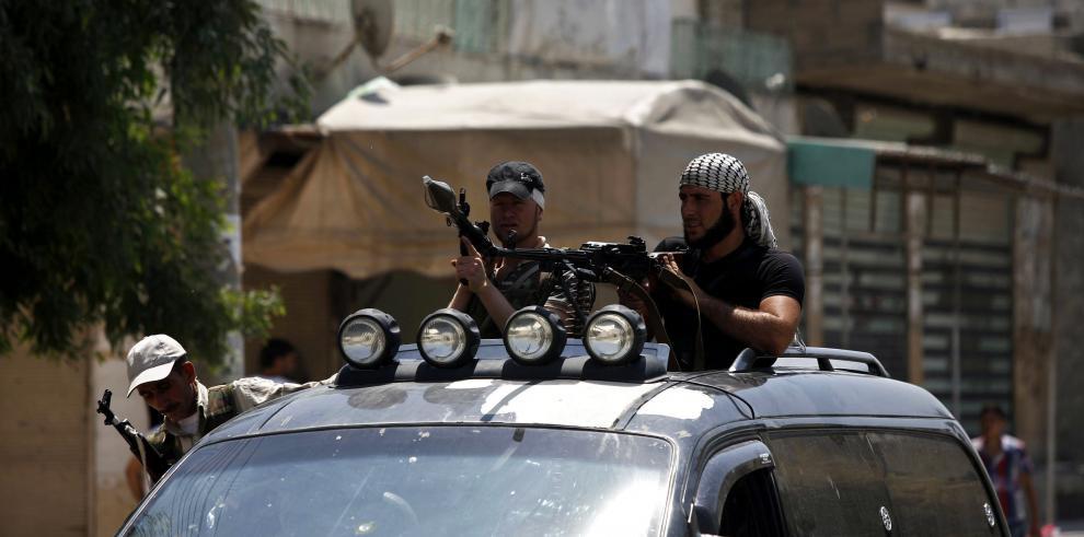 Rebeldes sirios de patrulla por las calles de Azaz, en Siria.