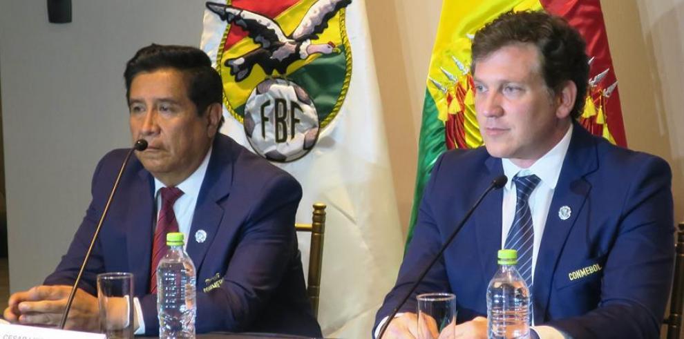 Fotografía de archivo del presidente de la Confederación Sudamericana de Fútbol, Alejandro Domínguez (d), y el de la Federación Boliviana de Fútbol (FBF), César Salinas (i).