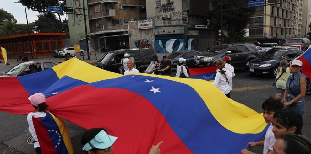 Opositores y chavistas marchan en Venezuela