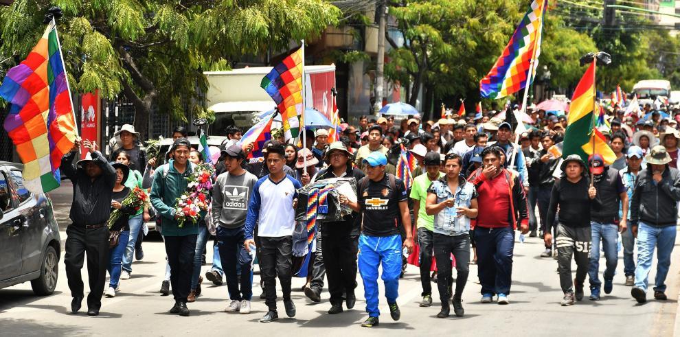 Ciudadanos marchan este sábado para condenar y pedir justicia por las muertes ocasionadas tras los disturbios de ayer con las fuerzas del orden, en Cochabamba (Bolivia).