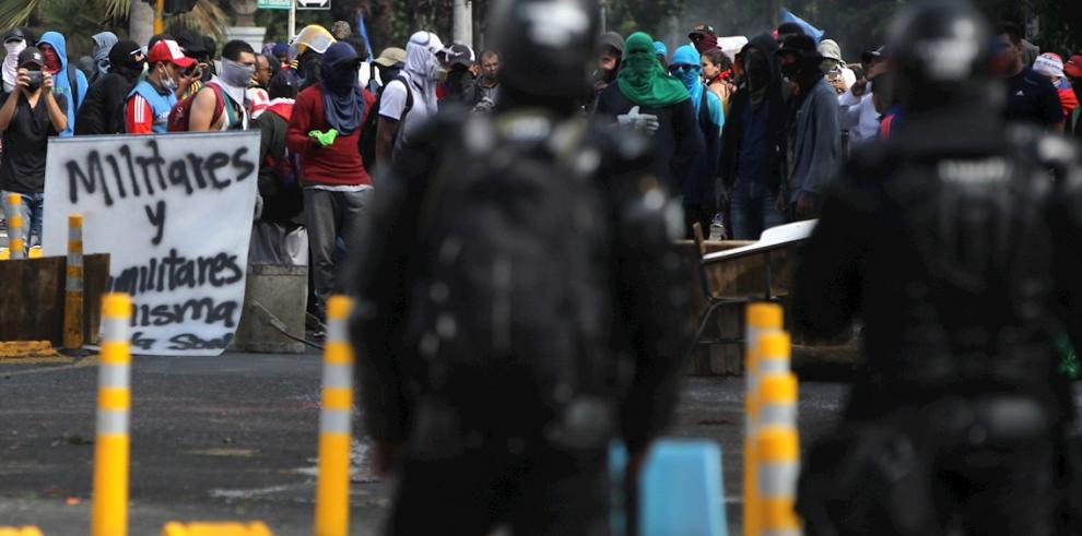 Miles de personas protestan durante el Paro Nacional este jueves, en Bogotá (Colombia).