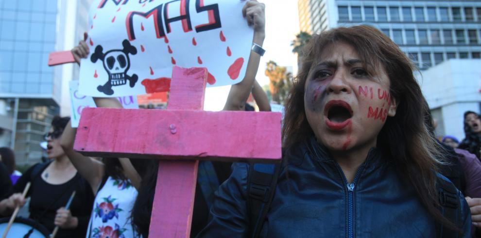 Cientos de mujeres marchan para protestar contra el feminicidio, en Ciudad de México.