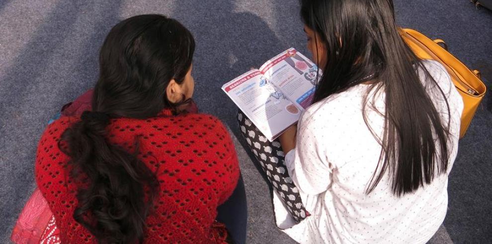 Niñas participantes este sábado en Nueva Delhi en la inauguración del festival de literatura infantil Bookaroo