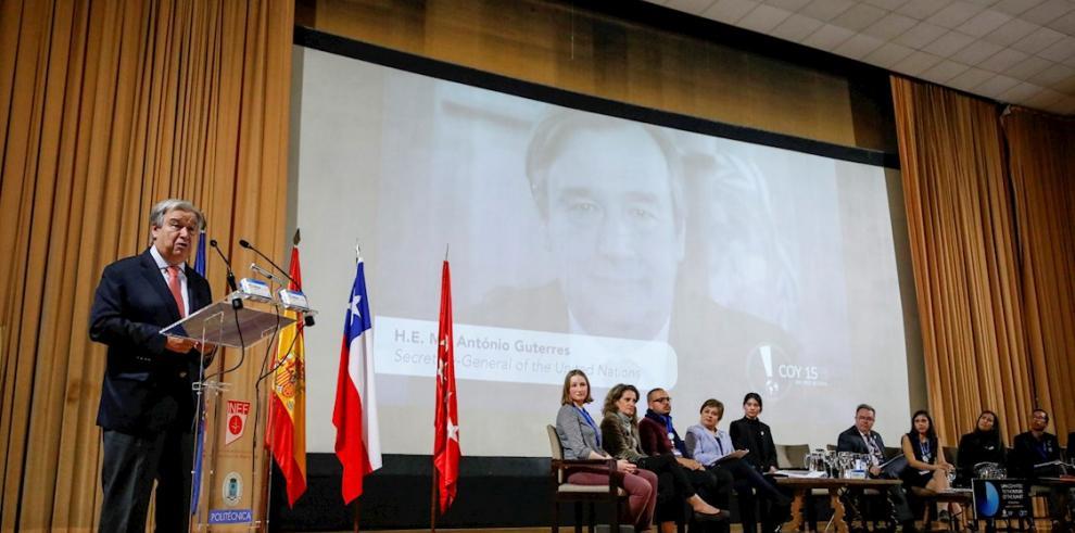 El secretario general de Naciones Unidas, António Guterres (i), participó este domingo en la clausura de la Conferencia de la Juventud sobre el clima.