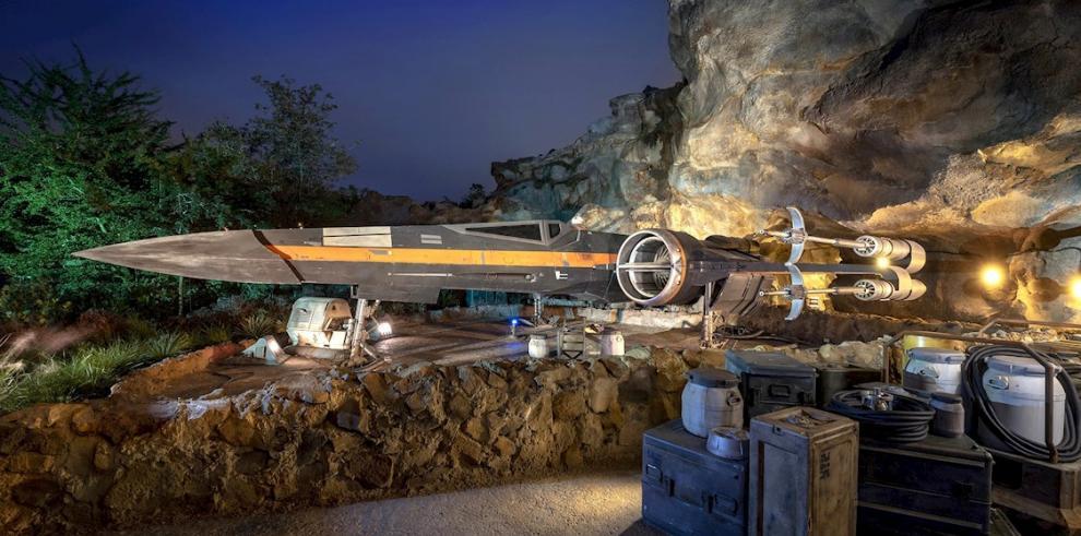 Fotografía cedida este miércoles por Walt Disney World donde se muestra la nave de caza estelar X-Wing de Poe Dameron en la atracción