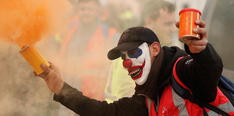Un manifestante con una máscara de payaso
