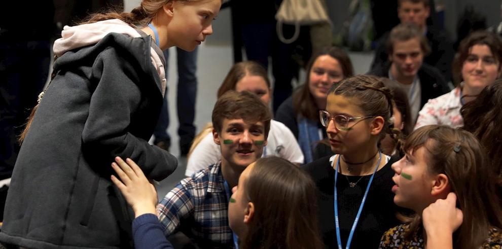 La joven activista climática de 16 años Greta Thunberg (i) a su llegada junto con otros jóvenes de Fridays for Future a la quinta jornada de 25 Conferencia de las Partes del Convenio Marco de Naciones Unidas sobre Cambio Climático (COP) bajo el lema