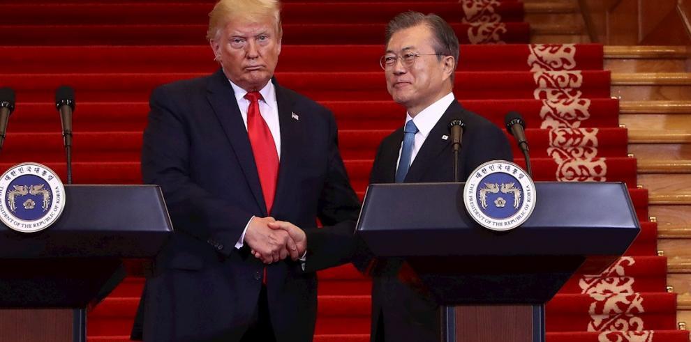 El presidente de Corea del Sur, Moon Jae-in (d) y el Presidente de Estados Unidos, Donald Trump (i) tras una conferencia de prensa celebrada en Seúl, Corea del Sur, el 30 de junio de 2019.