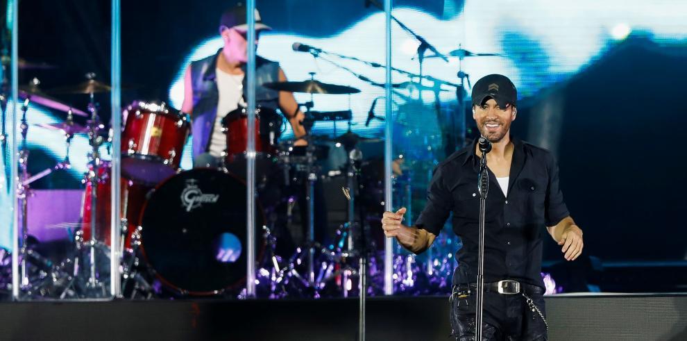 El cantante español Enrique Iglesias durante su concierto de esta noche en el Wizink Center de Madrid.