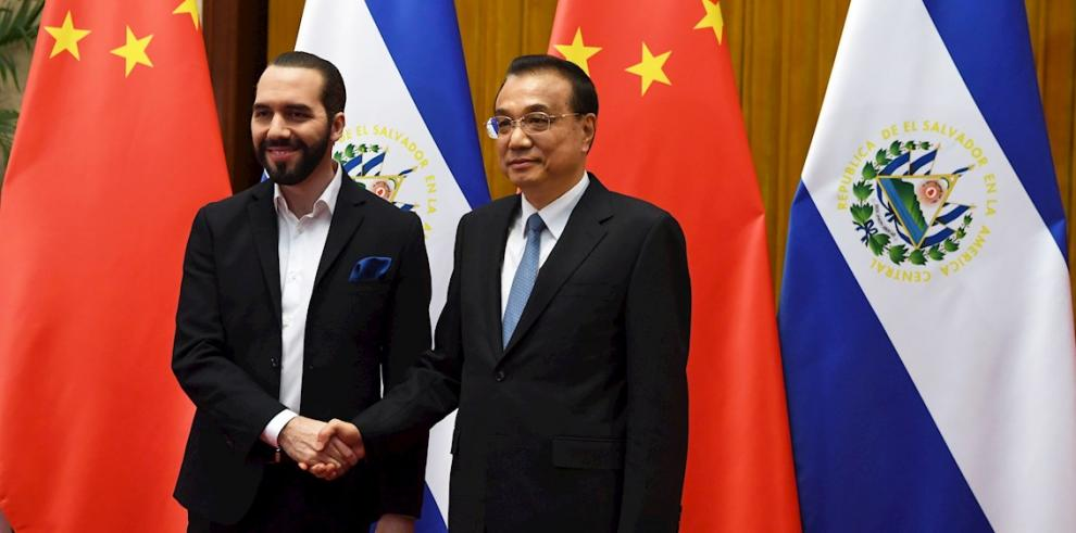 El presidente de El Salvador, Nayib Bukele, se reúne con el primer Ministro de China, Li Keqiang .