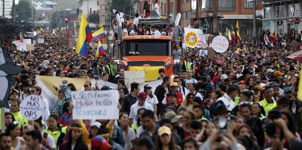 Cientos de personas marchan por la Carrera Séptima, para llegar a la Calle 85 con Carrera 15, acompañados de una caravana con artistas colombianos, durante la jornada