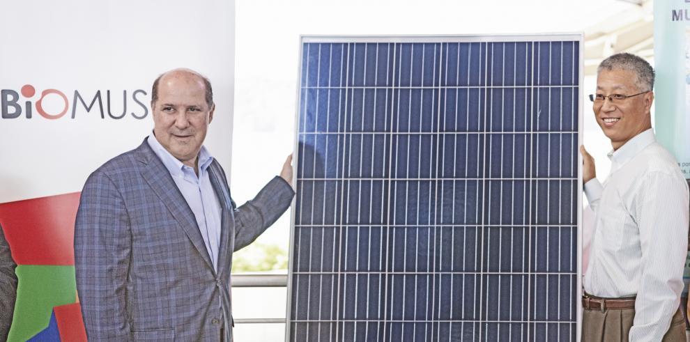 Juan Carlos Fábrega (Presidente de la Junta Directiva del Biomuseo) recibe la entrega oficial de los paneles solares por parte del Excelentísimo Embajador Wei Qiang (República Popular de China).