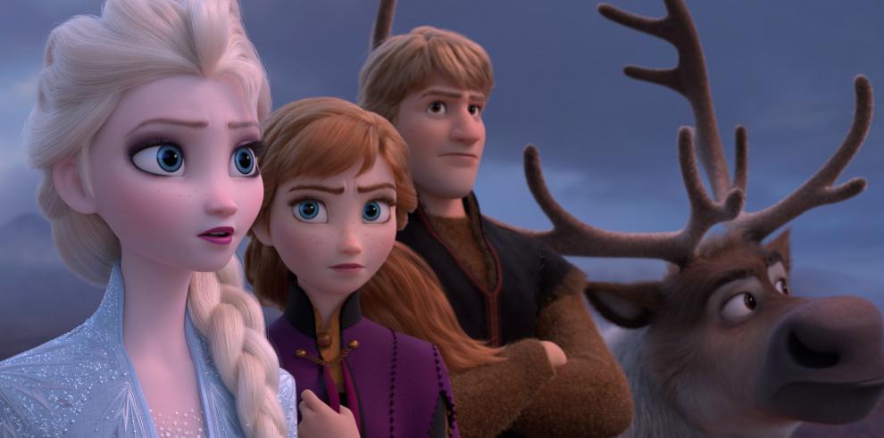 Fotograma cedido por Disney donde aparecen los personajes (de i-d) Elsa, Anna, Kristoff y Olaf, durante una escena de