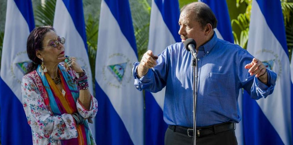 En a imagen, el presidente de Nicaragua, Daniel Ortega (d), junto a su esposa y vicepresidenta de Nicaragua, Rosario Murillo (i).