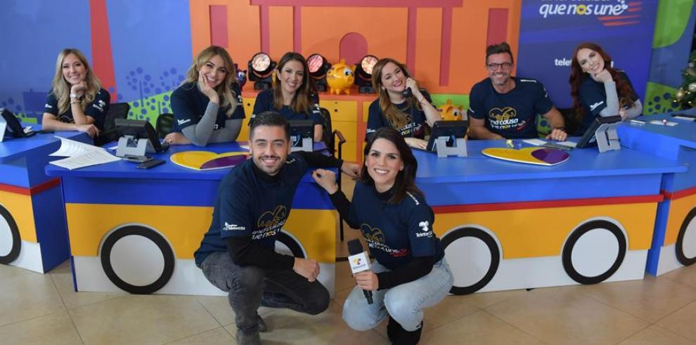 Fotografía del 13 de diciembre de 2019 cedida por Univisión donde aparecen los encargados de dirigir y recibir las llamadas del Teletón