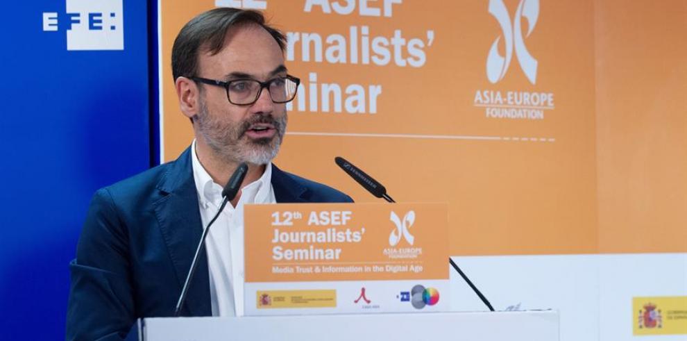 El presidente de la Agencia Efe, Fernando Garea, interviene en la clausura de un seminario para jóvenes periodistas de la Fundación Asia-Europa (ASEF)