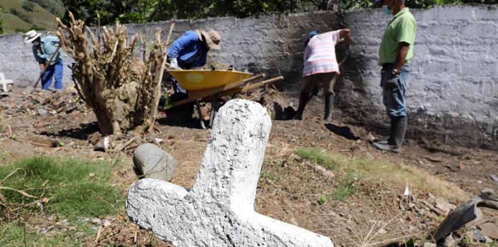 Fotografía cedida por la Justicia Especial para la Paz (JEP) de excavaciones este sábado en Dabeiba