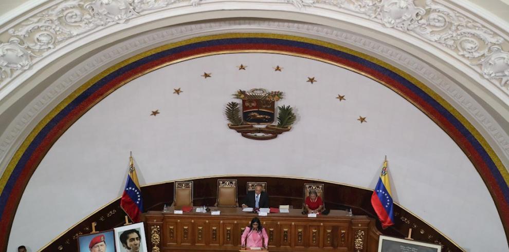 El presidente de la Asamblea Nacional Constituyente, Diosdado Cabello (arriba), y la vicepresidenta de Venezuela, Delcy Rodríguez (abajo), participan este lunes durante una sesión para presentar el presupuesto general de la nación para el año 2020, en Car