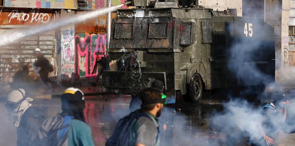 Miles de manifestantes chocan con Carabineros en la céntrica Plaza Italia, rebautizada popularmente como