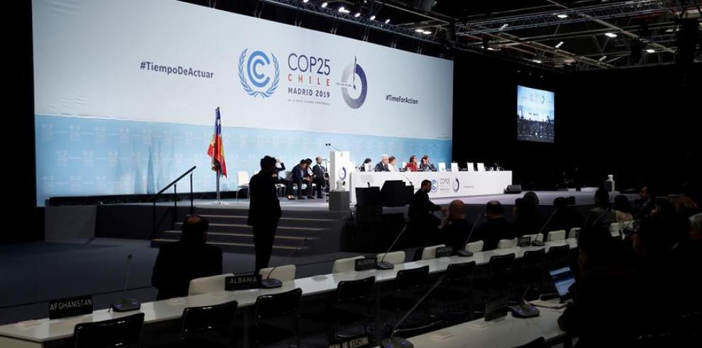 La ministra de Medio Ambiente de Chile y presidenta de la COP25, Carolina Schmidt (c), durante la reunión de la Cumbre del Clima de Madrid (COP25) en Madrid.