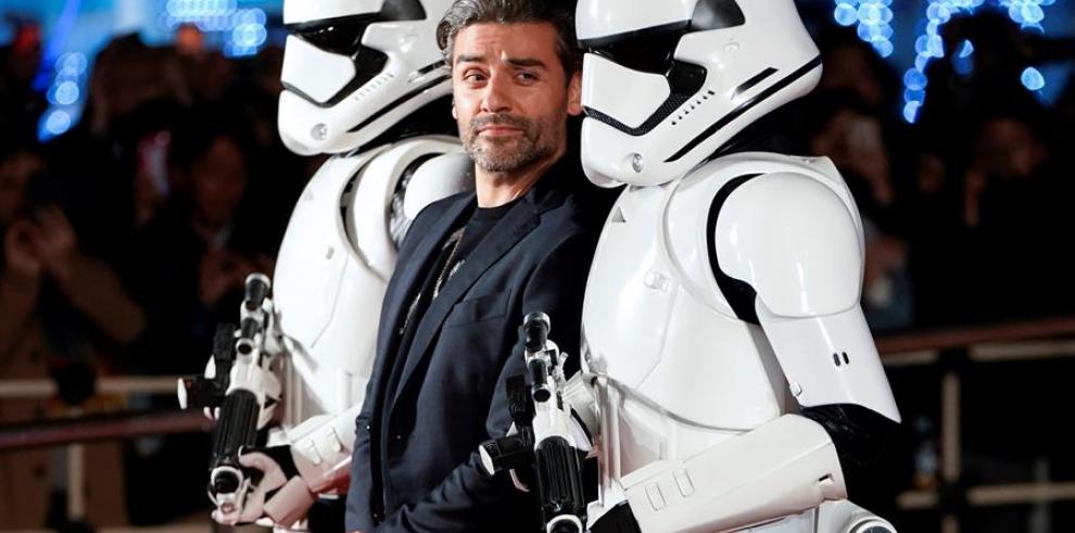 El actor estadounidense Oscar Isaac (c) a su llegada al evento promocional de la película
