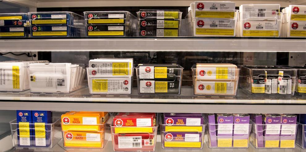 Pero a pesar de que la venta de todos estos productos está ya permitida, muchos canadienses tendrán que esperar hasta enero para saborearlos.