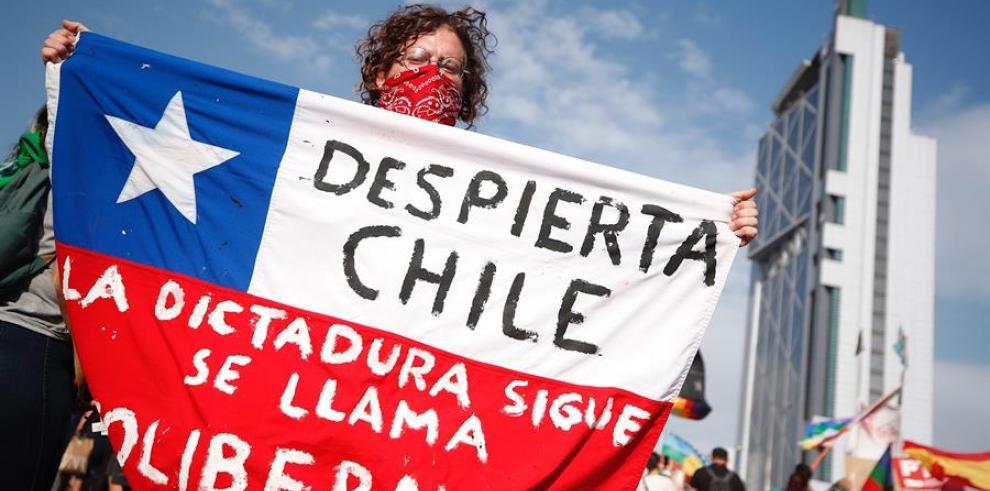Miles de manifestantes protestan en la céntrica Plaza Italia.