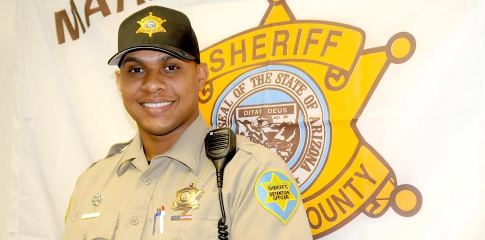 El dominicano José Martínez, que se desempeña como oficial en la Oficina del Alguacil del Condado de Maricopa (MCSO) designado a la Cárcel de Durango