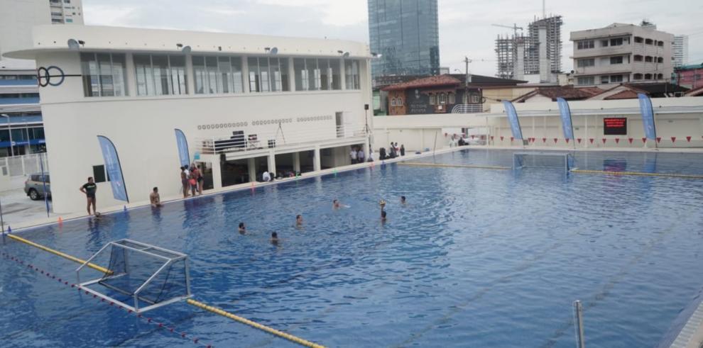 la piscina Adán Gordón tiene una capacidad para 250 fanáticos y mide 50 metros de largo por 25 de ancho