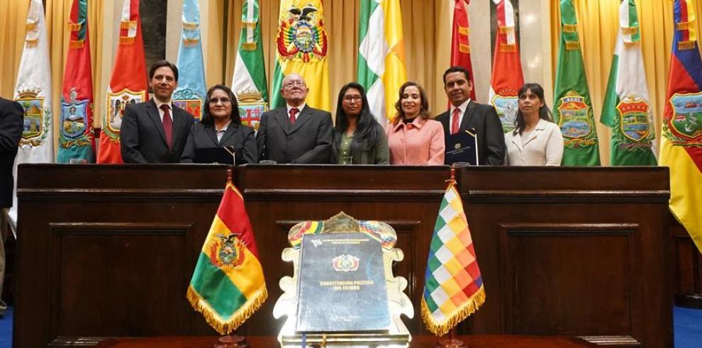 Los miembros del nuevo Tribunal Supremo Electoral de Bolivia (i-d) Salvador Romero, Nancy Gutiérrez, Oscar Hassenteuffel, la presidenta del Senado de Bolivia, Eva Copa (c),