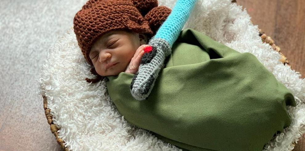 Fotografía cedida por el hospital AdventHealth for Women de Orlando (Florida) donde aparece el niño De'Ariya Wallace disfrazado como Rey de la saga