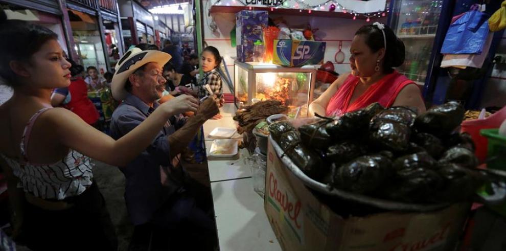 Una mujer vende nacatamales en un comedor este sábado en Tegucigalpa (Honduras).