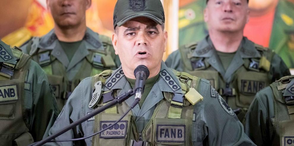 En la imagen, el ministro de Defensa, Vladimir Padrino Lopez (c).