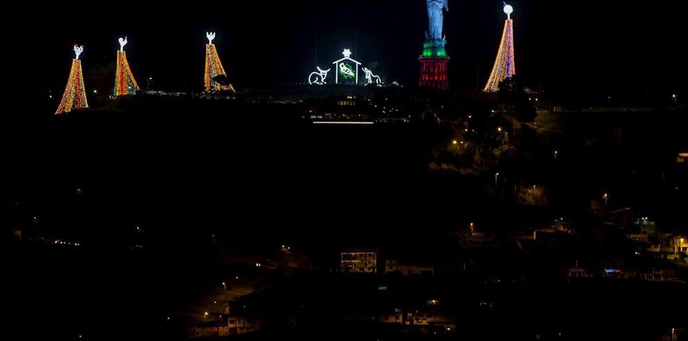 Fotografía del pesebre navideño gigante en la cima del cerro Panecillo este domingo en Quito (Ecuador).